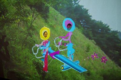 Tandem Flight installation monstres flying above a green hill